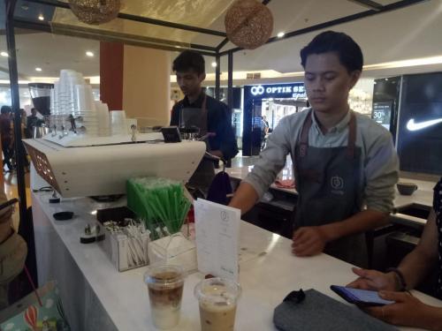 Selain itu, barista juga bisa memberikan informasi kepada pencinta kopi seputar kopi yang dinikmatinya.