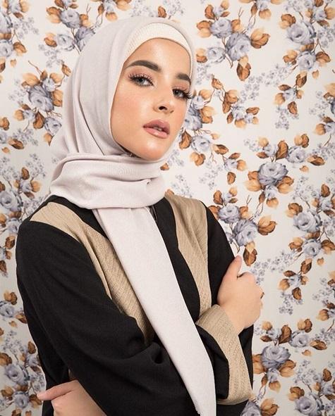Ia mengenakan hijab berwarna off white dengan inner berwarna putih.