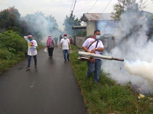 Partai Perindo Lakukan Fogging untuk mencegah DBD di Jalan Kapiten Purba, Kelurahan Mangga, Kota Medan (foto: Erie/Okezone)