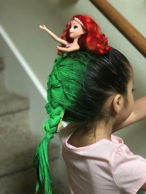 Barang kedua adalah cat rambut hijau tidak permanen.