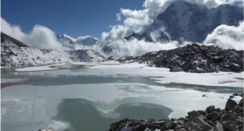 Para ilmuwan telah menemukan kolam yang semakin besar dan bergabung di Gletser Khumbu. (C Scott Watson/University of Leeds)