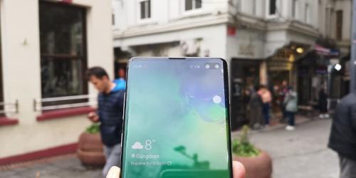 Beberapa ponsel dengan kamera lubang di layar