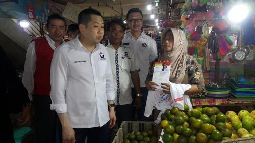 Ketum Perindo Hary Tanoesoedibjo blusukan ke Pasar Rejo, Surabaya. (Foto : Syaiful Islam/Okezone)