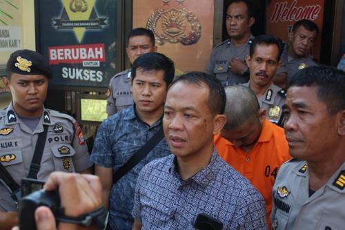 Kasat Reskrim Polres Gowa, Iptu Muh Rivai dan tersangka kasus pembunuhan PNS Wahyu Jayadi yang merupakan dosen Universitas Negeri Makassar. (Foto : Herman Amiruddin)