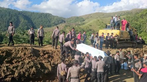 Belum diidentifikasi 20 jenazah korban banjir bandang Sentani dimakamkan massal. (Foto : Edy Siswanto)
