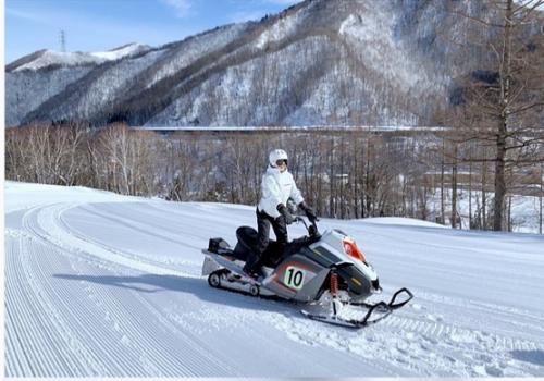Tapi pasti si Incess bisa kan mengendarai snowmobile itu.