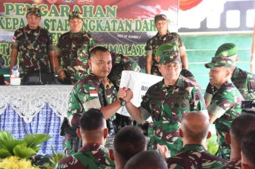 Wakil Kepala Staf Angkatan Darat (Wakasad) Letjen TNI Tatang Sulaiman ketika meninjau Pos Kotis Satgas Pamtas RI-Malaysia Yonif 144 JY yang berada di Kampung Batu Majang, Kecamatan Long Bagun.