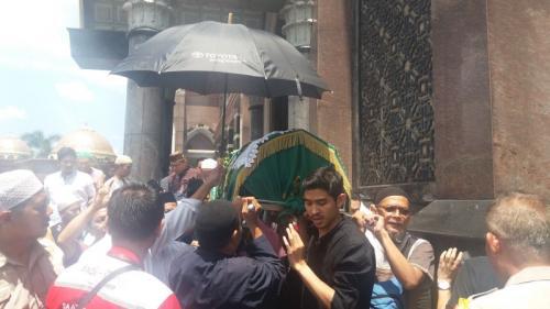 Pemakaman Pendiri Kubah Emas Dian Djuriah (foto: Wahyu M/Okezone)