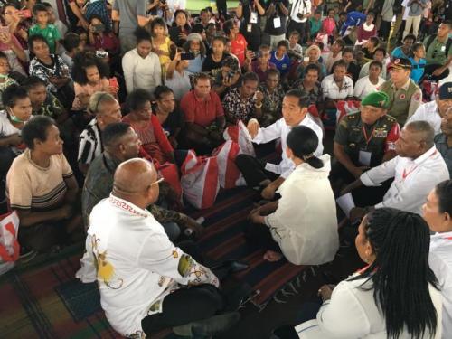 Presiden Jokowi dan Rombongan Kunjungi Korban Banjir Bandang di Sentani, Jayapura, Papua (foto: Laily Rachev/Biro Pers Setpres)