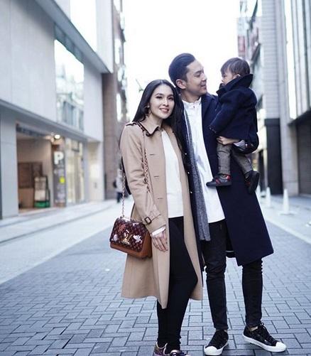 Sandra Dewi dan keluarga