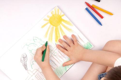 anak menggambar dan mewarnai