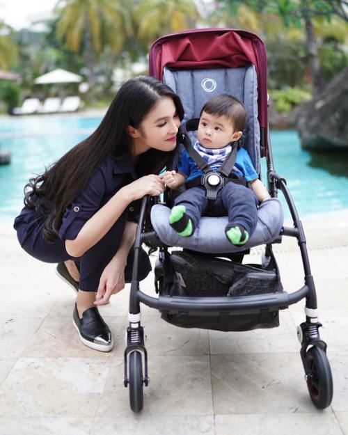 Sandra Dewi dan anak