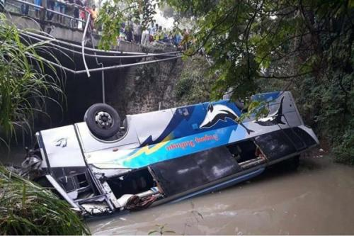 Bus Sugeng Rahayu jurusan Surabaya-Yogyakarta Terjun ke Sungai di Kabupaten Ngawi, (foto: Istimewa-Facebook)
