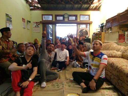 Caleg Partai Perindo Henry Indraguna Ajarkan 100 Lansia Cara Coblos Surat Suara. (Bramantyo)