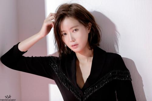 pose Im Soo Hyang saat mengenakan blus hitam