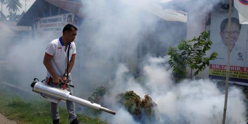 Ketua DPW Perindo Sumatera Barat Ii Apriyatna sedang Melakukan Fogging di Koto Tangah, Kota Padang, Sumatera Barat (foto: Rus Akbar/Okezone)