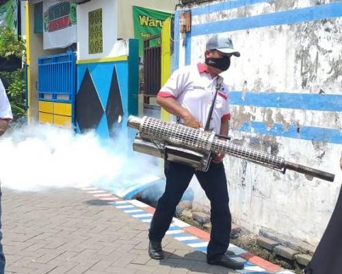 DPD Perindo Kota Surabaya bersama sejumlah calegnya melakukan fogging di kawasan Jalan Wonosari Lor Gg V, Kelurahan Wonokusumo, Kecamatan Semampir, Selasa (9/4/2019). (Forto : Syaiful Islam/Okezone)