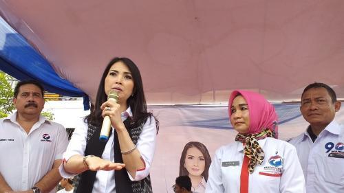 Liliana Tanaja Tanoesoedibjo saat bagikan beras murah di Tanjung Priok. (Foto : Pernita Hestin/Okezone)
