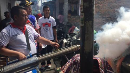 Caleg DPRD DKI dari Partai Perindo, Pahala Sianturi gelar fogging di kawasan Johar Baru, Jakarta Pusat. (Foto : Sarah Hutagaol/Okezone)