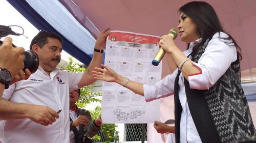 Liliana Tanaja Tanoesoedibjo sosialisasikan simulasi pencoblosan saat bagikan beras murah di Tanjung Priok. (Foto : Pernita Hestin/Okezone)