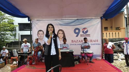 Liliana Tanaja Tanoesoedibjo saat sosialisasi surat suara terhadap warga di Pademangan, Jakarta Utara, Selasa (9/4/2019). (Foto : Fadel Prayoga)