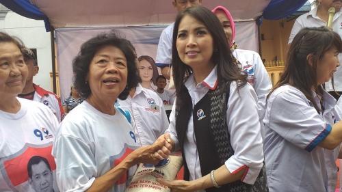 Liliana Tanaja Tanoesoedibjo Bagikan Beras Murah di Tanjung Priok. (Foto : Pernita Hestin/Okezone)