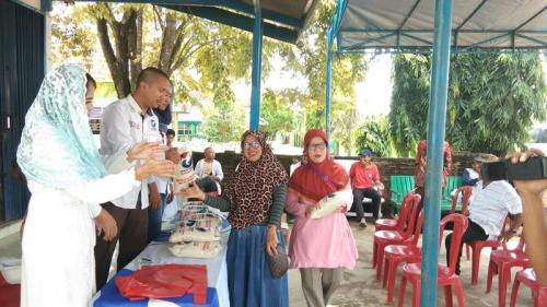 Peduli sesama, Perindo Mesuji jual sembako murah. (Foto : Demon Fajri)