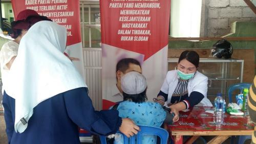 Tim dokter keliling Partai Perindo periksa kesehatan masyarakat di Pasar Karombasan, Wanea, Manado, Sulut. (Foto : Subhan Sabu/Okezone)