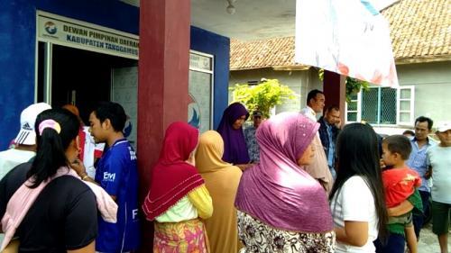 Ratusan paket sembako murah Perindo diserbu masyarakat Tanggamus. (Foto : Demon Fajri)