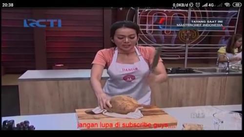Salah satu kontestan bernama Daniar Widyana kesulitan membuka kelapa dengan menggunakan pisau.
