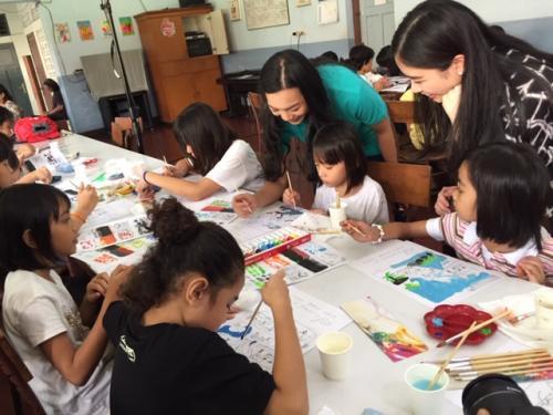 termasuk anak-anak yang berada di panti asuhan agar percaya diri menampilkan bakatnya di bidang seni.