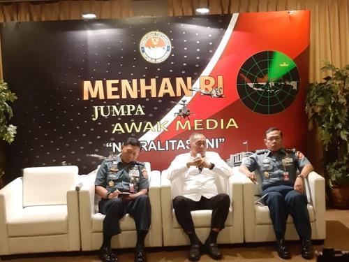 Menteri Pertahanan Ryamizard Ryacudu saat berbincang dengan awak media di Jakarta, Senin (15/4/2019). (Foto : Fahreza Rizky/Okezone)
