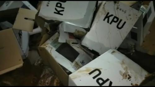 kotak suara rusak di Bogor. (Foto : Putra Ramadhani Astyawan/Okezone)