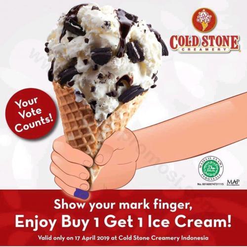 Toko es krim ini menawarkan promo buy 1 get 1 bagi pengunjung yang menunjukkan tinta di jarinya.