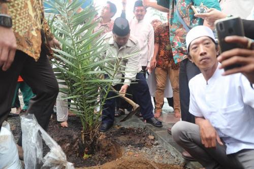 Prabowo Subianto menanam pohon di areal Masjid Nurul Wathan, yang baru diresmikan. (Foto : Ist)
