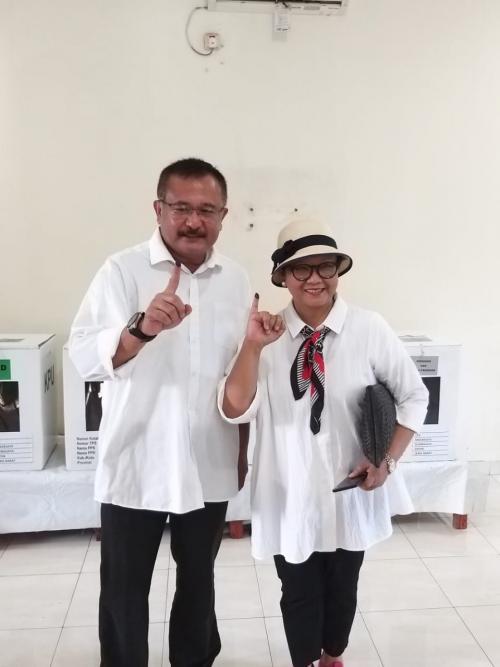 Kalau Retno Marsudi tampil stylish dengan baju putih sama seperti menteri lainnya.