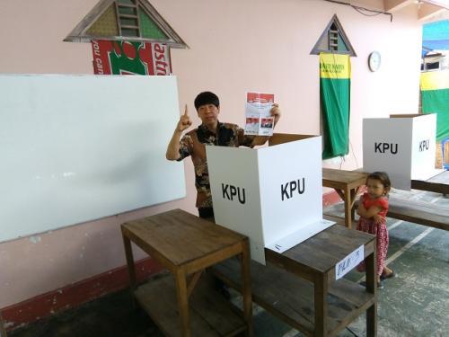 Caleg Perindo Dapil Jateng V Henry Indraguna mencoblos di TPS 8 Dukuh Carat RT 4 RW 6 Desa Trasan Kecamatan Juwiring, Klaten. (Foto : Bramantyo)