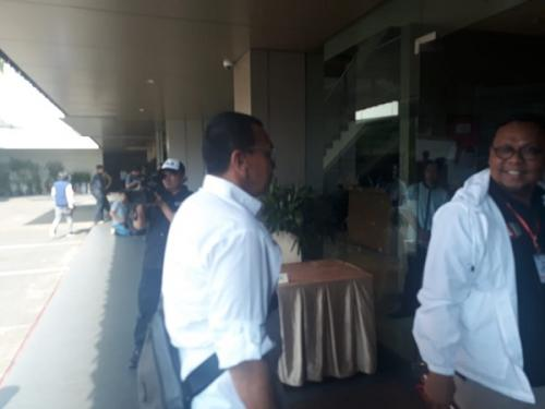 Jubir TKN Jokowi-Maruf Amin, Arya Sinulingga dan Wakil Direktur Saksi TKN Lukman Edy merapat ke Djakarta Theater (Foto : Fahreza Rizky/Okezone)