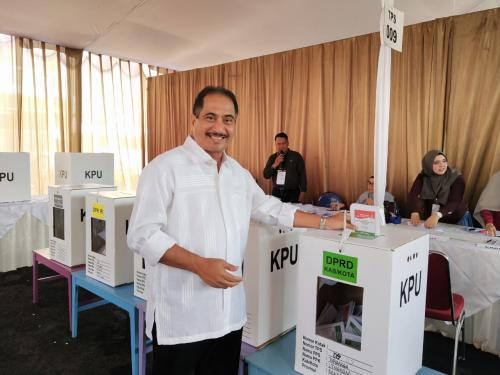 . Enggak lupa dong dia senyum saat memasukkan surat suara ke kotak.