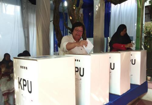 Menteri Kehutanan dan Lingkungan Hidup Siti Nurbaya datang ke TPS di daerah Pisangan Baru, Jakarta Timur