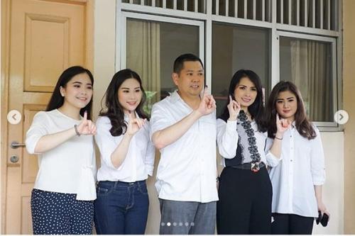 untuk outfit mencoblos, semua anggota keluarga Tanoesoedibjo kompak tampil modis dengan busana bernuansa putih.