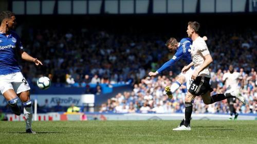 Nemanja Matic gagal menutup pergerakan Gylfi Sigurdsson (Foto: Premier League)