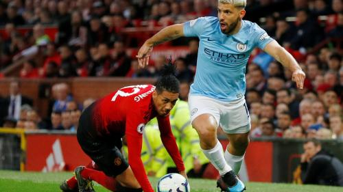 Sergio Aguero vs Chris Smalling (Foto: Premierleague)