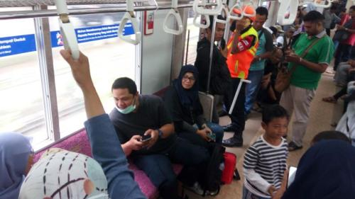 Seorang Perempuan Melahirkan Dalam KRL saat Tiba di Stasiun Universitas Indonesia (UI), Kamis 25 April 2019 (foto; Feby Novalius/Okezone)