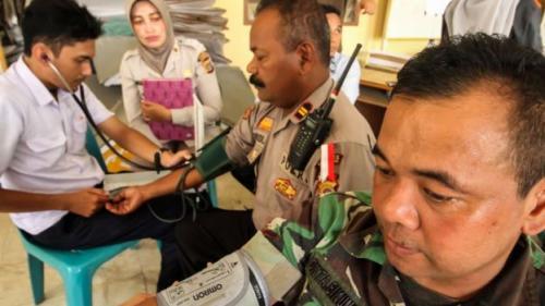 Tim Dokter Kesehatan Polres Lhokseumawe, Aceh memeriksa anggota TNI-Polri yang ikut bertugas mengamankan Pemilu 2019 di kantor Kecamatan Muara Dua, Lhokseumawe, Rabu (24/4).