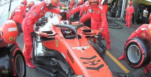 Mekanik Ferrari mengganti ban Charles Leclerc di pit (Foto: F1/Twitter)