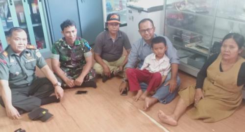 Danramil 01/Pancoranmas, Kapten Inf Kholidi Mengajak Karim Maullah (10) Beli Peralatan Sekolah (foto: Wahyu M/Okezone)