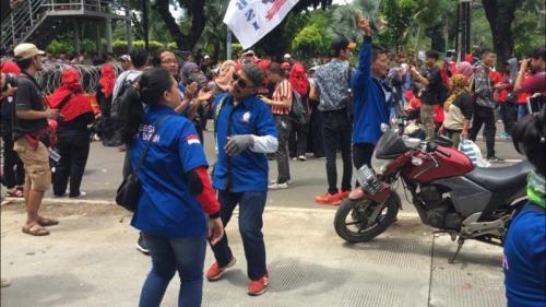 Dilarang Demonstrasi di Depan Istana Negara, Buruh Pilih Joget Dangdutan Bersama (foto: Sarah Hutagaol/Okezone)