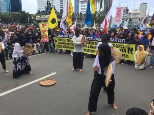 Dilarang Demonstrasi di Depan Istana Negara, Buruh Gelar Teaterikal (foto: Sarah Hutagaol/Okezone)
