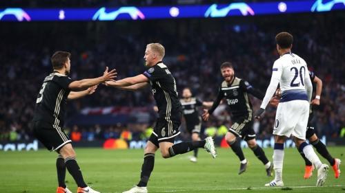 Penggawa Ajax Amsterdam, Van de Beek, kembali dikaitkan dengan Real Madrid